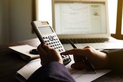 Feche acima do homem da mão que faz finanças e calcule na mesa sobre o escritório do custo em casa Economias, finanças e conceito fotografia de stock royalty free