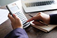 Feche acima do homem da mão que faz finanças e calcule na mesa sobre o escritório do custo em casa Economias, finanças e conceito imagens de stock royalty free
