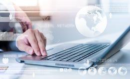 Feche acima do homem de negócio que datilografa no laptop Imagem de Stock