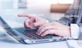 Feche acima do homem de negócio que datilografa no laptop com technolo Imagens de Stock