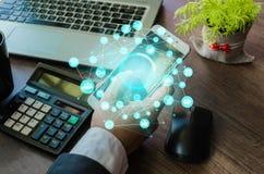 Feche acima do homem de negócio que usa o telefone esperto Web do ícone Foto de Stock