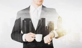 Feche acima do homem de negócios com relógio de pulso e café Imagens de Stock