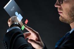Feche acima do homem de negócios com smartwatch Fotos de Stock Royalty Free