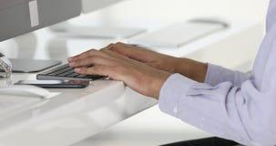 Feche acima do homem de negócios, datilografando no teclado video estoque
