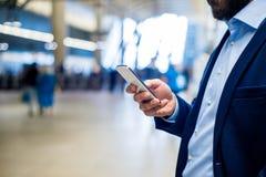 Feche acima do homem de negócios do moderno com smartphone, estação de metro Foto de Stock
