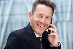 Feche acima do homem de negócios mais velho seguro que fala no telefone celular fotos de stock royalty free
