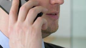 Feche acima do homem de negócios que chama o smartphone video estoque