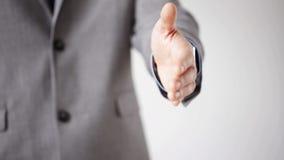 Feche acima do homem de negócios que dá a mão para o aperto de mão filme