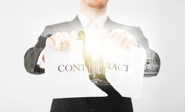 Feche acima do homem de negócios que guarda o papel do contrato Imagem de Stock