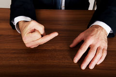 Feche acima do homem de negócios que mostra o dedo médio Foto de Stock