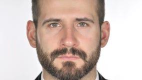 Feche acima do homem de negócios sério Face da barba, fundo branco filme
