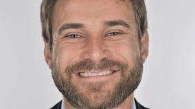 Feche acima do homem de negócios de sorriso Face, fundo branco filme