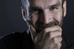 Feche acima do homem de sorriso alegre com olhar morno Imagem de Stock