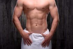 Feche acima do homem desportivo com a toalha nos quadris Imagens de Stock Royalty Free