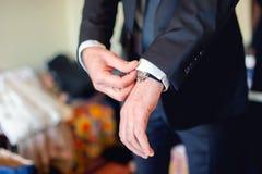 Feche acima do homem elegante, mãos do noivo com ternos, anel, gravata Imagens de Stock Royalty Free