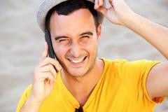 Feche acima do homem feliz com chapéu que fala no telefone celular imagem de stock royalty free