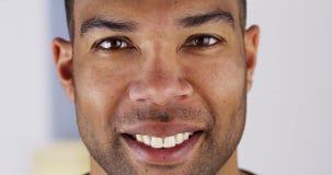 Feche acima do homem negro feliz fotografia de stock