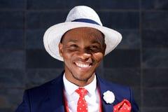 Feche acima do homem negro novo elegante no terno e no chapéu de negócio Imagens de Stock Royalty Free