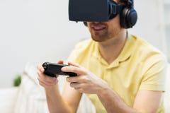 Feche acima do homem no jogo dos auriculares da realidade virtual Foto de Stock Royalty Free