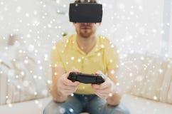 Feche acima do homem no jogo dos auriculares da realidade virtual Imagem de Stock