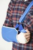 Feche acima do homem novo com o braço no estilingue Fotografia de Stock Royalty Free