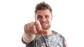 Feche acima do homem novo que aponta com seu dedo a você video estoque