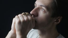 Feche acima do homem novo que reza ao deus Conceito da fé e da religião filme