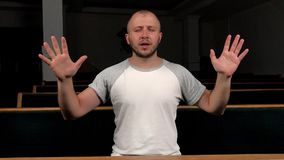 Feche acima do homem novo que reza ao deus Conceito da f? e da religi?o vídeos de arquivo