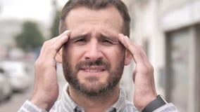 Feche acima do homem ocasional forçado da barba com dor de cabeça video estoque