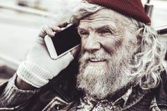 Feche acima do homem que fala no telefone com um amigo anterior fotos de stock royalty free