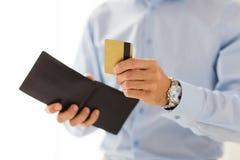 Feche acima do homem que guarda a carteira e o cartão de crédito Imagens de Stock Royalty Free