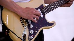 Feche acima do homem que joga a guitarra acústica amplificada grampo Ideia do close-up da mão que joga a guitarra Jogo do músico  fotos de stock royalty free