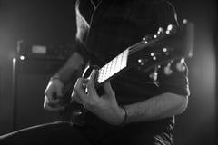 Feche acima do homem que joga a guitarra elétrica disparada no Monochrome Fotos de Stock Royalty Free