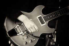 Feche acima do homem que joga uma guitarra Imagens de Stock