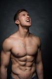 Feche acima do homem 'sexy' do ajuste que olha acima. Imagem de Stock Royalty Free