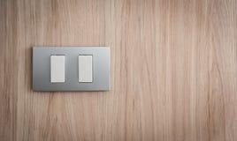 Feche acima do interruptor da luz cinzento no fundo de madeira fotografia de stock royalty free