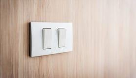 Feche acima do interruptor da luz cinzento no fundo de madeira foto de stock