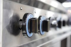 Feche acima do interruptor de fogão de gás ardente da cozinha imagem de stock royalty free