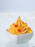 Feche acima do iogurte congelado colorido amarelo na bacia Fotos de Stock