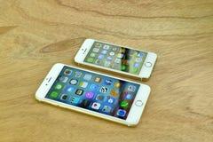 Feche acima do iPhone 6s mais e iPhone 5s Imagem de Stock