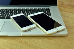 Feche acima do iPhone 6s mais, iPhone 5s e ipad pro Imagens de Stock