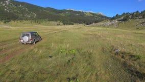 Feche acima do jipe fora da estrada na montanha de Dinara video estoque