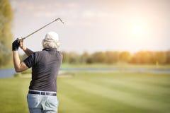 Feche acima do jogador de golfe superior masculino Fotografia de Stock