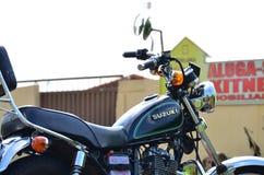 Feche acima do lado direito de uma motocicleta feita sob encomenda preta Fotografia de Stock