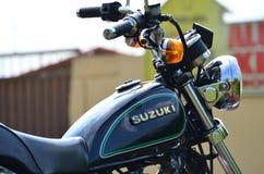 Feche acima do lado direito de uma motocicleta feita sob encomenda preta Foto de Stock