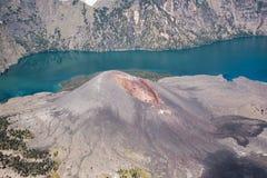 Feche acima do lago do vulcão ativo e da cratera da cimeira da montanha de Rinjani, Lombok - Indonésia Imagens de Stock