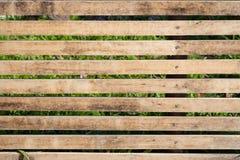 Feche acima do lath de madeira marrom velho com fundo e textura listrados naturais fotos de stock