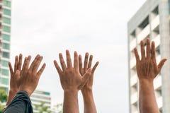 Feche acima do levantamento humano de muitas mãos fotografia de stock royalty free