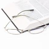 Feche acima do livro com vidros Fotografia de Stock Royalty Free
