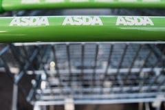Feche acima do logotipo de ASDA no carrinho de compras foto de stock